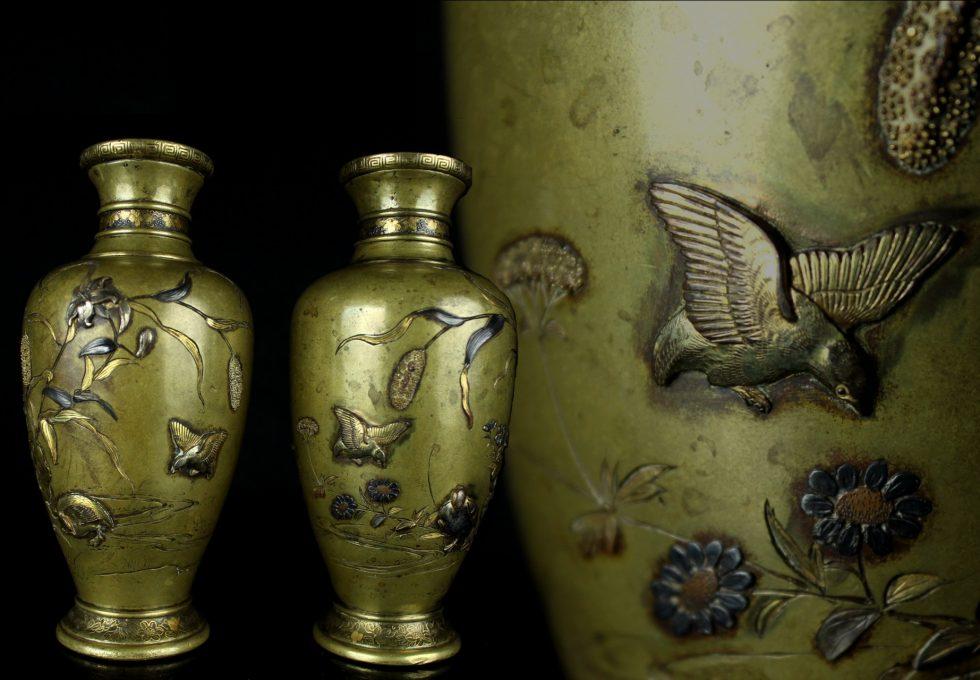 黄銅高肉象嵌 銀象嵌 花鳥風月図 花瓶をお預かりさせていただきました。