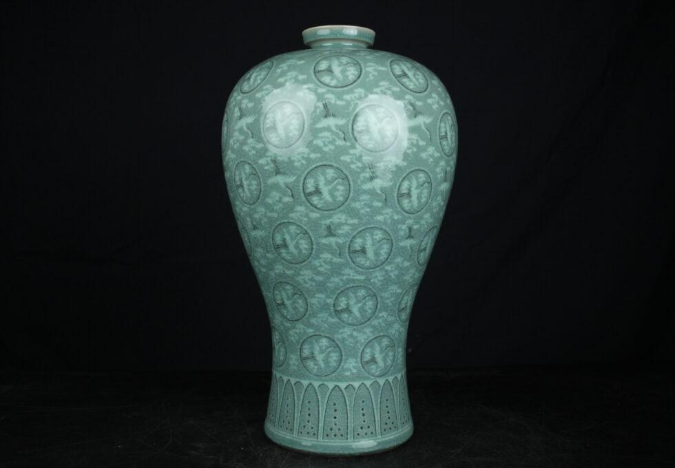 柳 海剛 作 青磁 象嵌雲鶴文花瓶 梅瓶